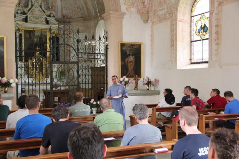 Pèlerinage des pères 2013, 6 : méditation dans la chapelle de Posat