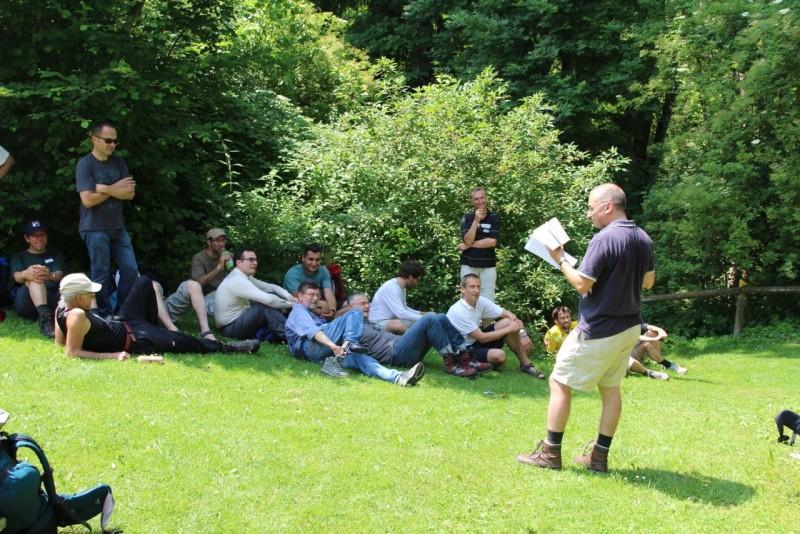 Pèlerinage des pères 2014, 5 : On cherche l'ombre pendant que l'abbé Nicolas Glasson nous fait part de ses réflexions.