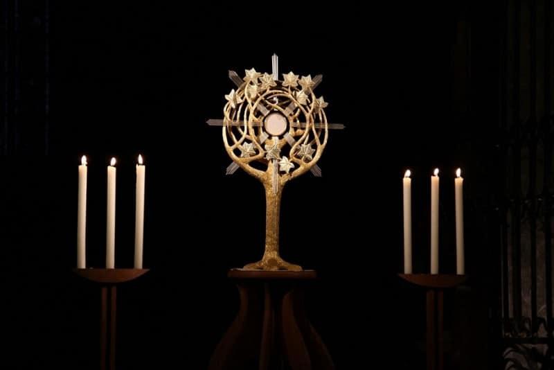 Pèlerinage des pères 2014, 6 :  Le bel ostensoir de l'abbaye d'Hauterive. Joie de se déposer, reposer auprès de notre Seigneur.