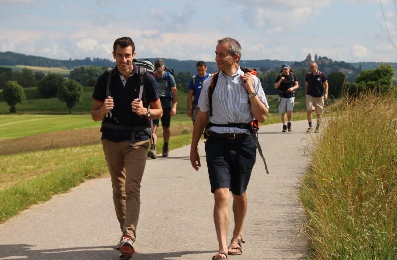 Pèlerinage des pères 2016, 9 : En chemin pour Siviriez, avec Romont dans le dos.