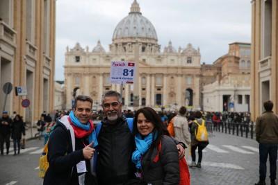 Au Vatican, les deux responsables des pèlerins romands, Pascal Bregnard et Marie-Antoinette Lorwich, entourent un réfugié syrien de Payerne. (Photo Jean-Brice Willemin)