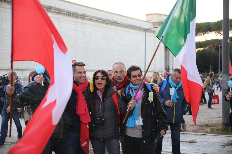 La joyeuse équipe suisse fait flotter les drapeaux suisse et italien devant la basilique de Saint-paul-hors-les-murs.