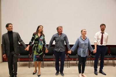 Eric Masserey médecin cantonal adjoint, entouré des comédiens qui ont interprété sa pièce de théâtre sur les directives anticipées. Photo JBW