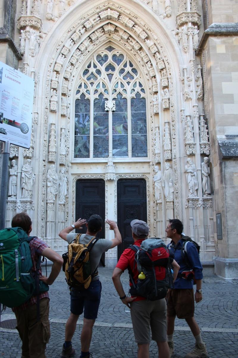 Pèlerinage des pères 2016 - 12 :  Devant l'entrée de la cathédrale de Lausanne