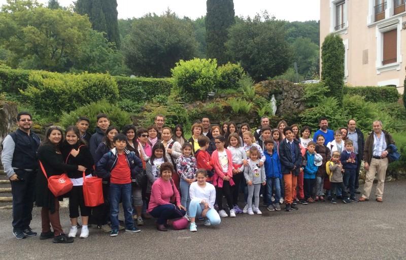 Grupo de niños, catequistas y padre en la escuela de la Mision en el Bouveret en mayo del 2016