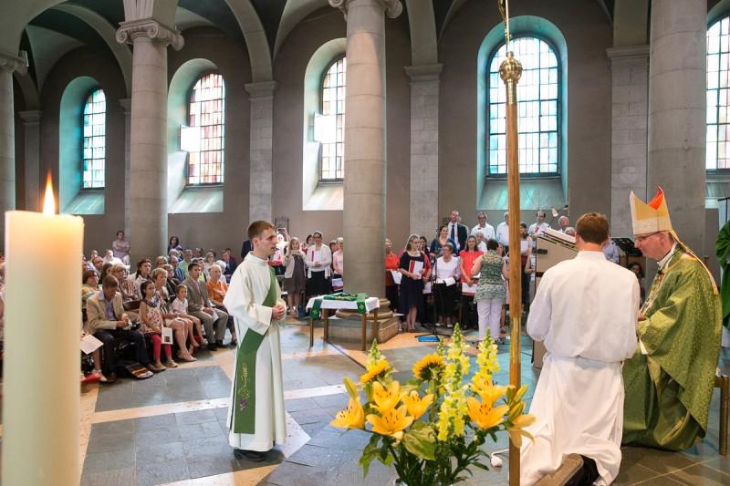 Le futur prêtre Jean Burin des Roziers est appelé officiellement par l'évêque. © J-P Gadmer