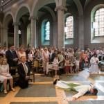 La prostration du futur prêtre Jean Burin des Roziers lors de la litanie des saints. © J-P Gadmer
