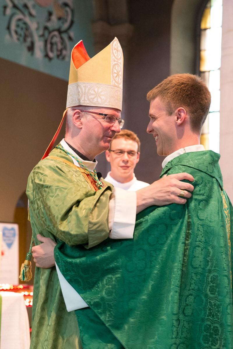 Mgr Charles Morerod félicite le nouveau prêtre. © J-P Gadmer