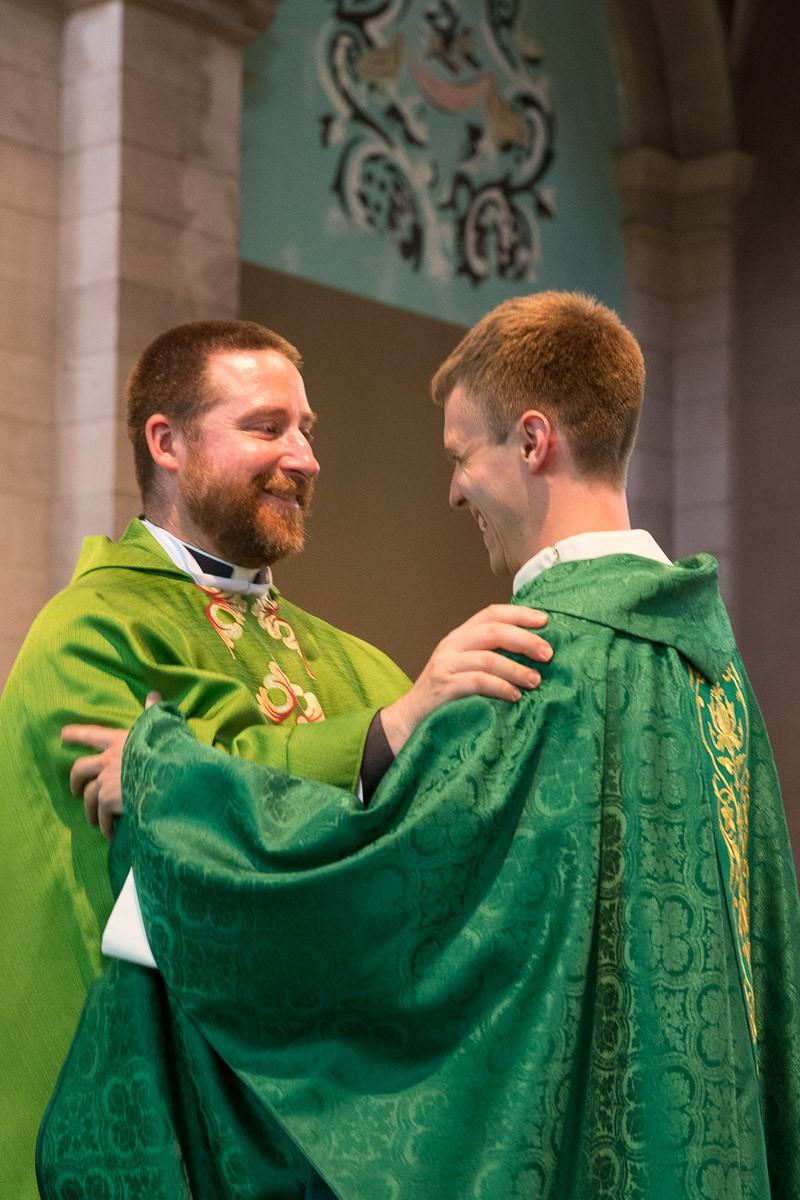 L'abbé Christophe Godel, vicaire épiscopal du canton de Vaud, félicite le nouveau prêtre. © J-P Gadmer