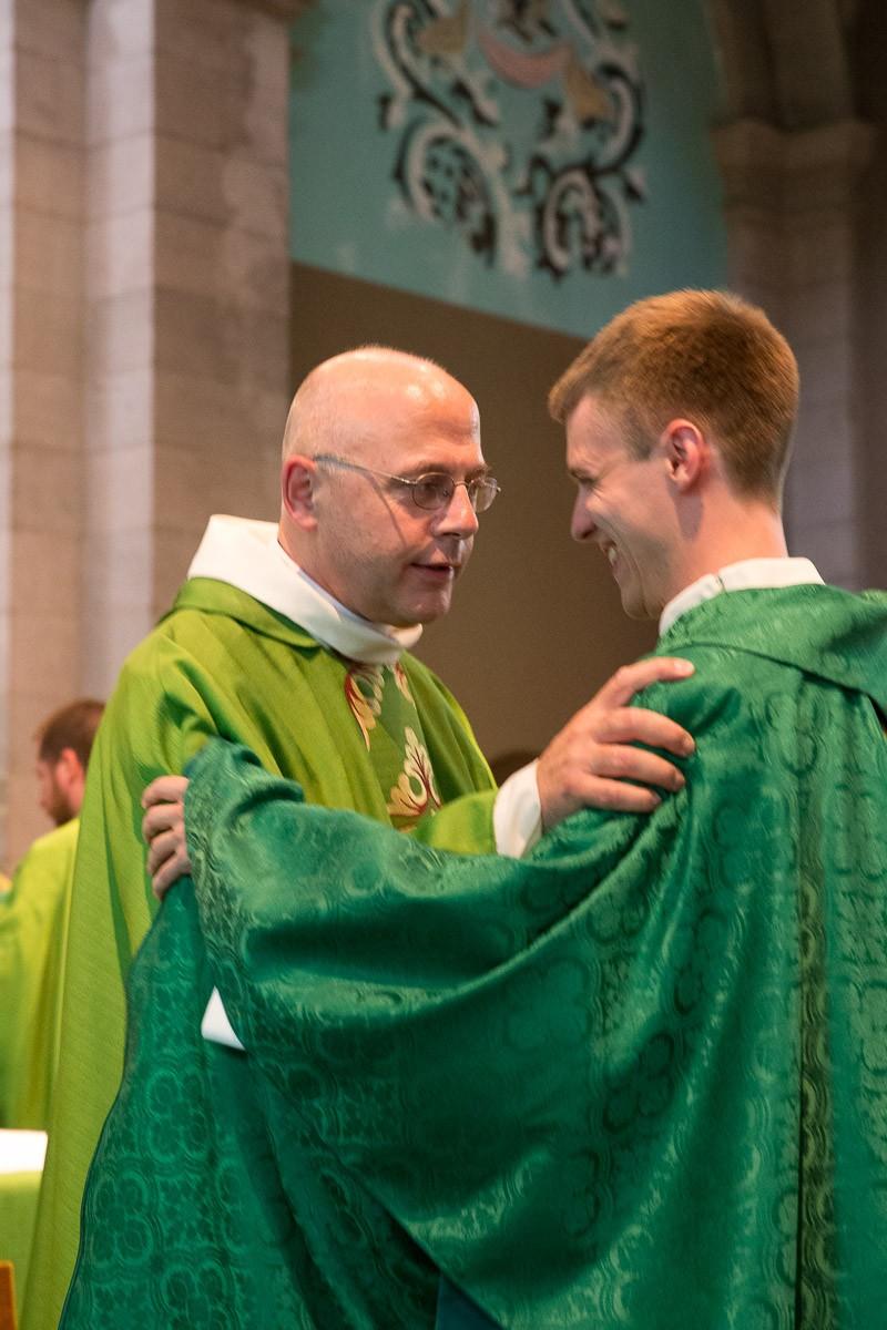 L'abbé François Dupraz, curé de la paroisse Notre-Dame de Lausanne, félicite le nouveau prêtre. © J-P Gadmer