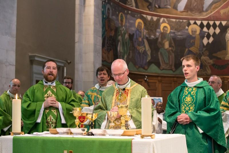 Le temps de la consécration. Autours de l'autel, l'abbé Christophe Godel, Mgr Charles Morerod et le nouveau prêtre ordonné, Jean Burin des Roziers. © J-P Gadmer