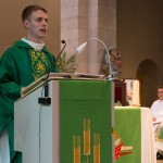 L'abbé Jean Burin des Roziers s'adresse à l'assemblée. © J-P Gadmer