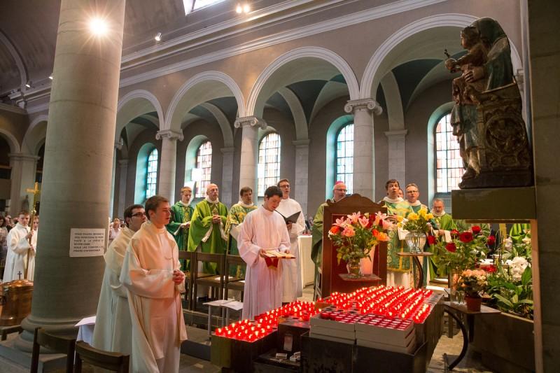 Les célébrants et l'assistance en prière à Notre-Dame de Lausanne. © J-P Gadmer