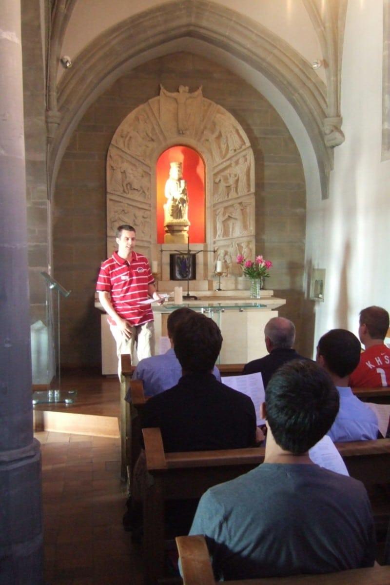 Pèlerinage des pères 2012, 2 :  Prière d'entrée en pèlerinage dans la collégiale de Romont.
