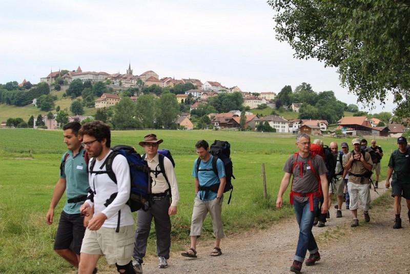 Pèlerinage des pères 2014, 1 : Départ de l'abbaye de la Fille-Dieu, avec Romont en arrière fond.