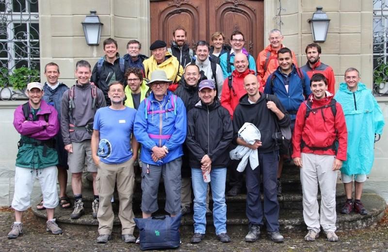 Pèlerinage des pères 2014, 8 : le groupe rassemblé devant la porte de l'abbaye d'Hauterive.