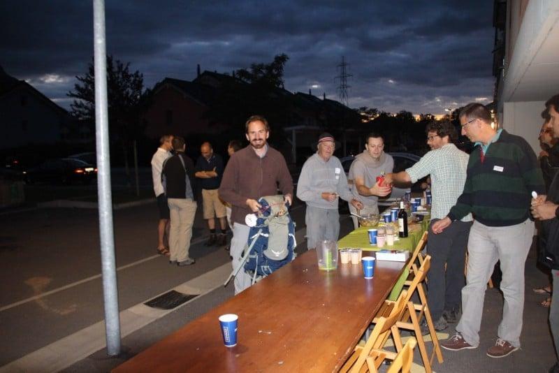 Pèlerinage des pères 2015, 1 :  Repas du soir à 9h30 à Roche devant l'abri de secours.