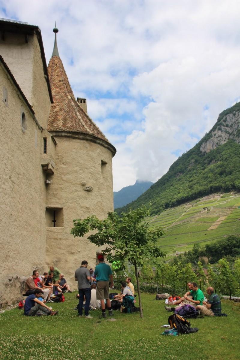 Pèlerinage des pères 2015, 3 : Pique-nique à l'ombre du château d'Aigle.