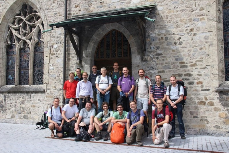 Pèlerinage des pères 2015, 8 : le groupe rassemblé devant la Porte du Jubilé des 1500 ans de l'abbaye de St-Maurice.