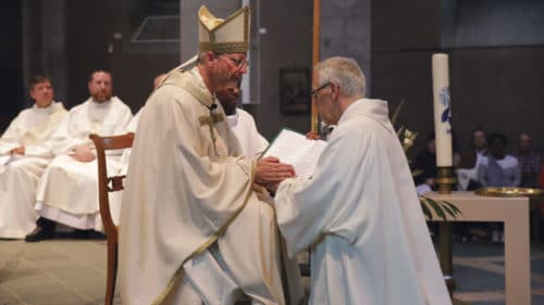 Mgr Alain de Raemy ordonne diacre Bernard Litzler. Photo Bernard Hallet
