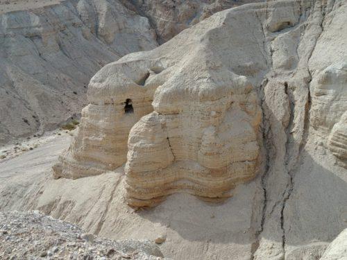 Grotte à Qumrân où l'on a découvert les manuscrits d'Isaïe